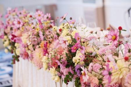 コスモスを使ったメインテーブル装花