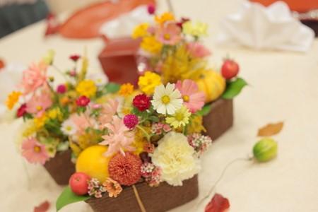 コスモスを使ったテーブル装花