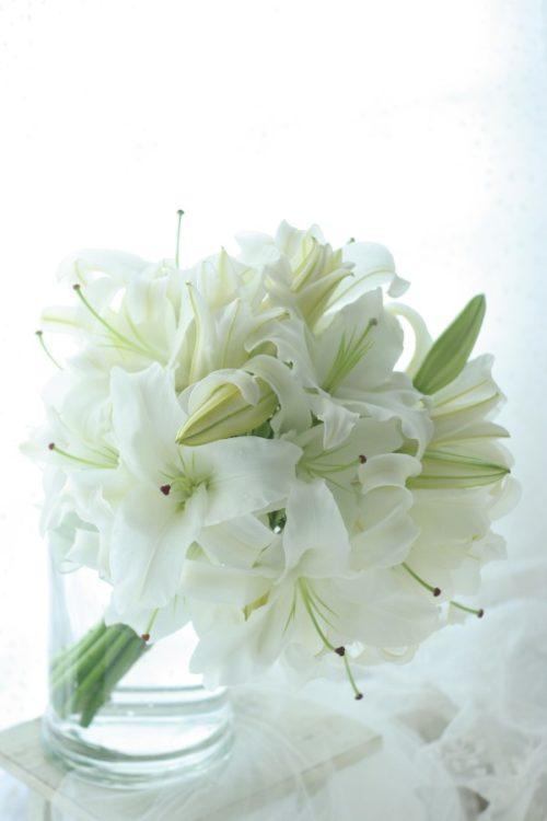 ユリ:純潔の象徴とされ、上品な華やかな雰囲気と、甘い香りが特徴!
