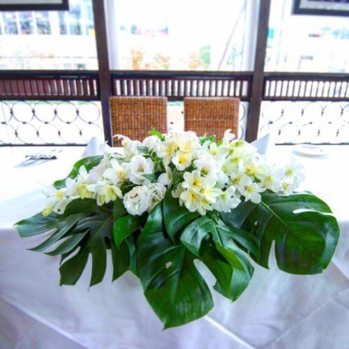 プルメリアを使ったメインテーブル装花
