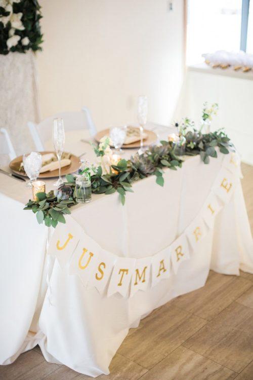 オリーブやユーカリを使ったメインテーブル装花