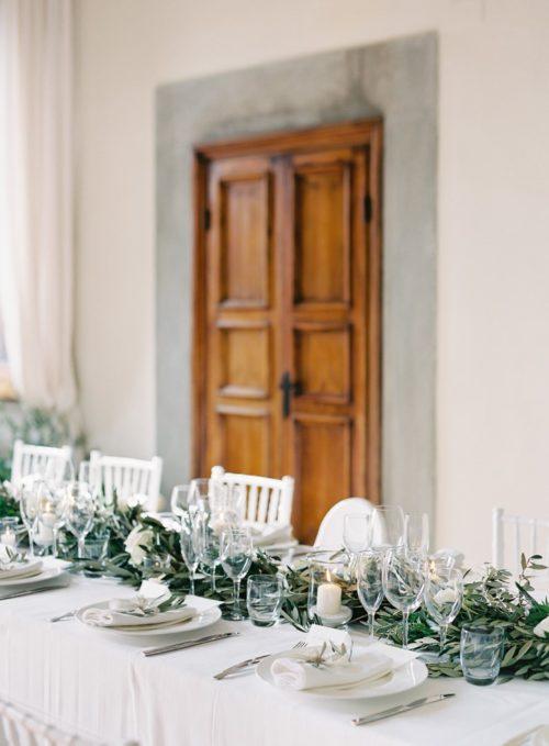 オリーブやユーカリを使ったテーブル装花