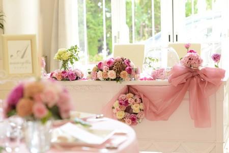 ピンクのバラを使ったメインテーブル装花