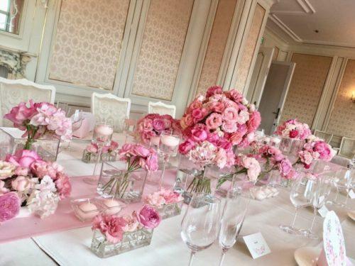 ピンクのバラを使ったテーブル装花