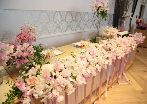 スイートピーを使ったメインテーブル装花