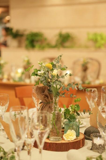 マトリカリアやクラスペディアを使ったテーブル装花