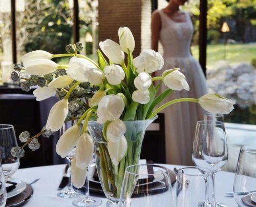 白いチューリップ:卵型の花形と茎のフォルムを生かしてスタイリッシュに