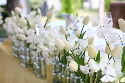 白いチューリップを使ったメインテーブル装花