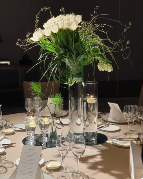 白いチューリップを使ったテーブル装花