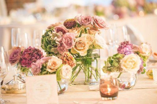 アンティークカラーのバラを使ったテーブル装花