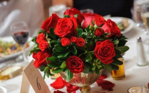 赤いバラ:ラグジュアリーな赤いバラは、重厚感のあるクラシックな会場の雰囲気にぴったり!