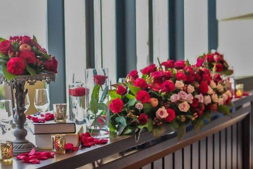 赤いバラを使ったメインテーブル装花