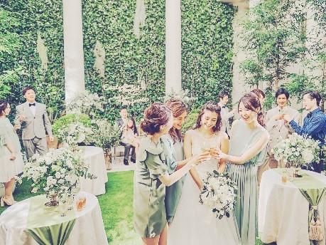 「中庭が素敵な式場でのガーデンウエディングです。花と緑を感じさせるカジュアル・エレガンスでお越し頂けると幸いです!」